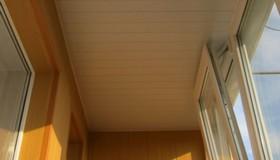 Отделка балкона стеновыми панелями.